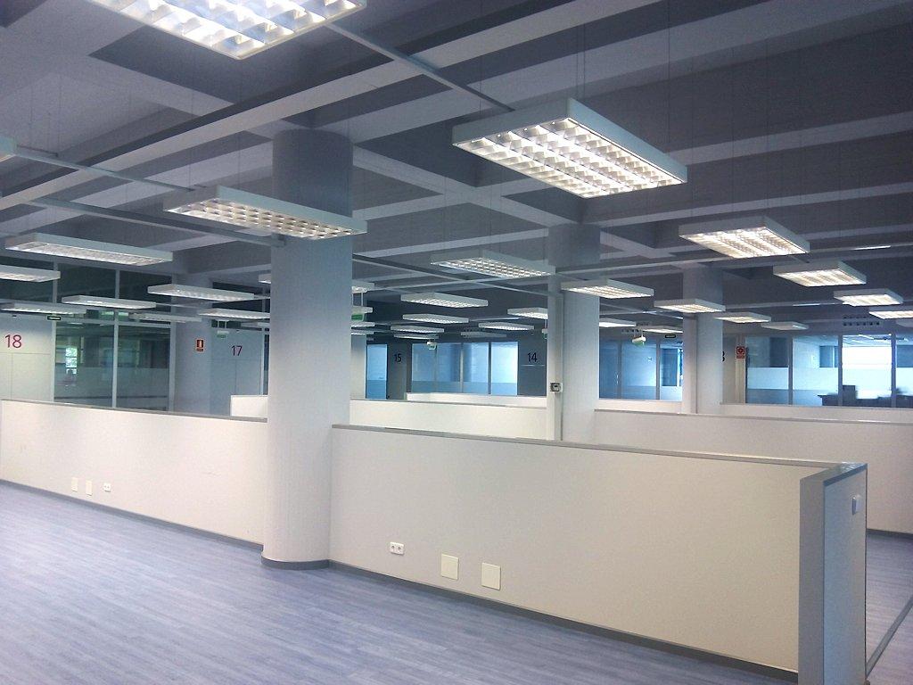 Edificio iwer navarra alquiler de oficinas y locales en for Oficinas bankia pamplona